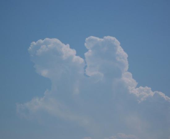 Um casal se beija no céu. Nuvem fotografada em Ciro Marina, na Itália.