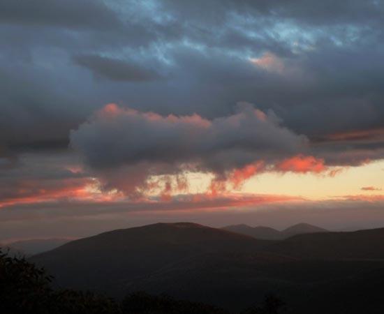 Nuvem com formato de porco no céu de Mount Gingera, na Austrália.