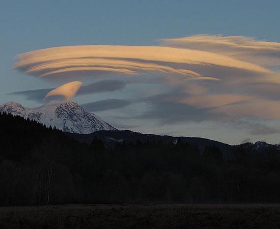 Esta nuvem que lembra o formato da nave Enterprise, da nave Star Trek, foi fotografada em Seattle, nos EUA.