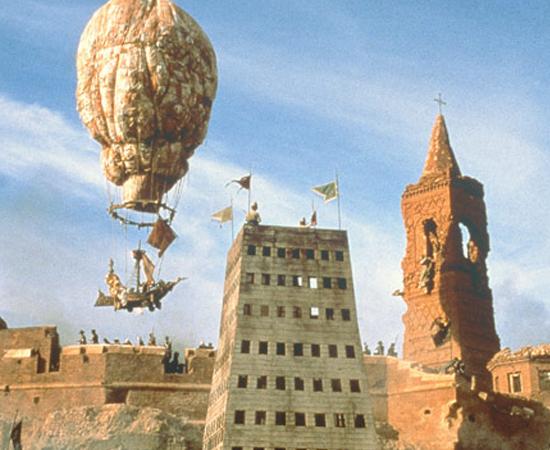 As aventuras do Barão de Münchausen (Terry Gilliam, 1988) - Para salvar sua cidade sitiada pelos turcos, o Barão de Münchausen sai em uma viagem fantástica em busca de seus amigos. Quem já conhecia o personagem histórico não se surpreendeu com o final. Terry Gilliam também curte os plot twists.