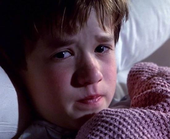 O sexto sentido (M. Night Shyamalan, 1999) - Cole vê gente morta o tempo todo. Enquanto tenta tratar e orientar o garotinho, o psiquiatra Malcolm Crowe acaba descobrindo muita coisa sobre a própria vida. Quer dizer. Clique em Leia Mais e veja o que ele descobriu.
