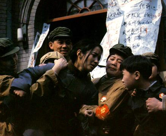 'O SONHO AZUL' (1993) foi censurado na China por mostrar os abusos cometidos pelo regime comunista do país nas décadas de 1950 e 1960. Penalizado, o diretor do longa, o chinês Tian Zhuangzhuang, foi proibido de fazer filmes durante dez anos. O filme conta a história de Tietou, um garotinho de Pequim, que observa o cotidiano de sua família em um mundo repleto de mudanças culturais e políticas.