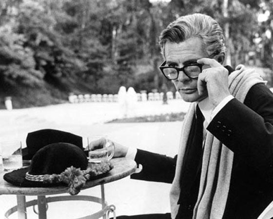 Um dos mais famosos filmes sobre filmes é <i>Oito e meio</i>, de Federico Fellini. Nele, um cineasta vivido por Marcello Mastroianni, enfrenta uma crise criativa enquanto reflete sobre a própria vida. Metalinguagem das boas.