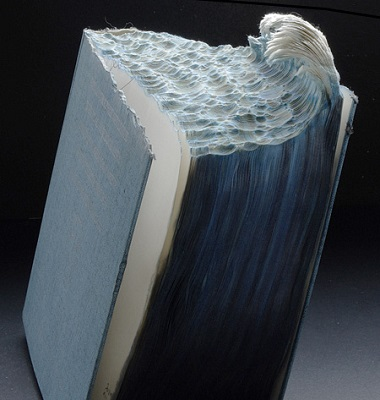 Até o mar serviu de inspiração para Guy Laramee, que usou um livro antigo para imitar as formas de uma onda.
