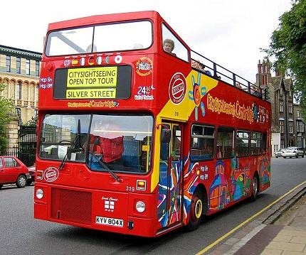 Por falar em ônibus de turismo, não poderíamos nos esquecer daqueles veículos sem teto e muito usados por viajantes. Eles são ideais para quem quer conhecer pontos turísticos do alto de um busão.