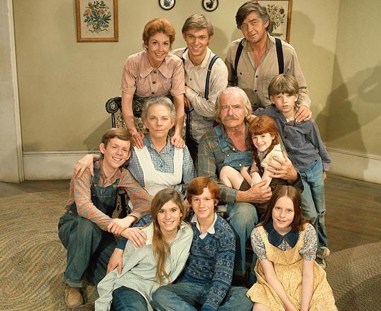 Os Waltons (1972) é uma série de TV que conta a história de uma família que precisa sobreviver à crise econômica causada pela Grande Depressão.