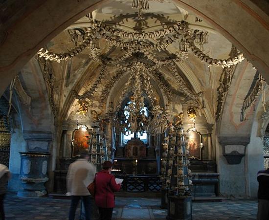 OSSUÁRIO DE SEDLEC - É uma capela católica localizada abaixo do Cemitério de Todos os Santos, em Kutná Hora, na República Tcheca. O local reúne os restos mortais de mais de 40 mil pessoas.