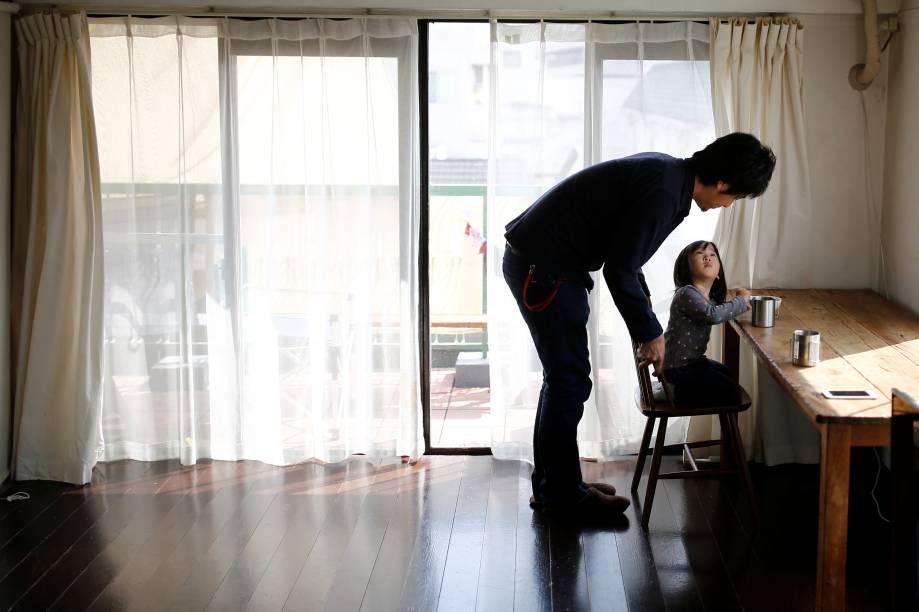 Outro morador de Tóquio, Naoki Numahata, tem uma filha de dois anos - que também segue a linha de organização minimalista.