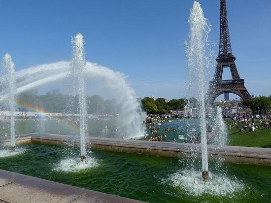 Paris é um cartão-postal perfeito. É complicado concorrer com uma cidade que tem a Torre Eiffel, o Arco do Triunfo, o rio Sena,  muita história, e ainda por cima uma avenida como a Champs-Élysées.