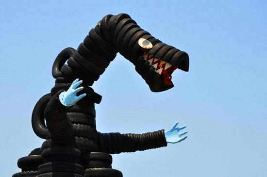 O que fazer com milhares de pneus velhos doados por fábricas? No Japão, a saída foi criar um parque infantil - e com escultura até do Godzilla.