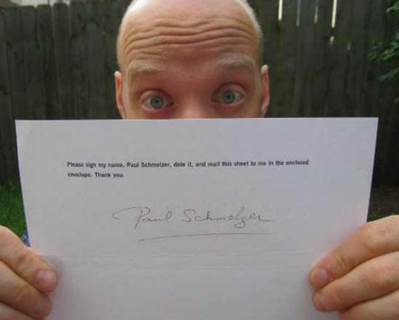 Paul Schmelzer  coleciona autógrafos de gente famosa. Até aí, tudo bem: o curioso é que Schmelzer pede para pessoas assinarem o nome dele, não do famoso em questão. Gênio.