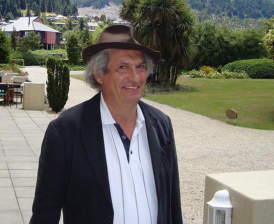 PERSI DIACONIS (1945) - Matemático e ex-mágico americano. Ficou conhecido por seus estudos sobre aleatoriedade e probabilidade.