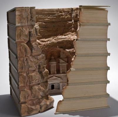 Quem diria que as páginas de um livro esconderiam Petra, cidade da Jordânia e uma das atuais sete maravilhas do mundo. Esse é mais um trabalho do Guy Laramee.