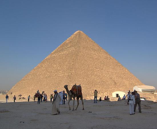 PIRÂMIDE DE QUÉOPS - Construída em Gizé, no Egito. Deveria ser a tumba do Faraó Quéops da quarta dinastia, mas sua múmia nunca foi encontrada.