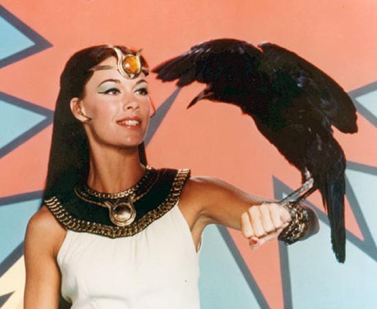 Poderosa Isis (1975) é uma série de TV que mostra uma professora de arqueologia que se transforma em uma super-heroína.
