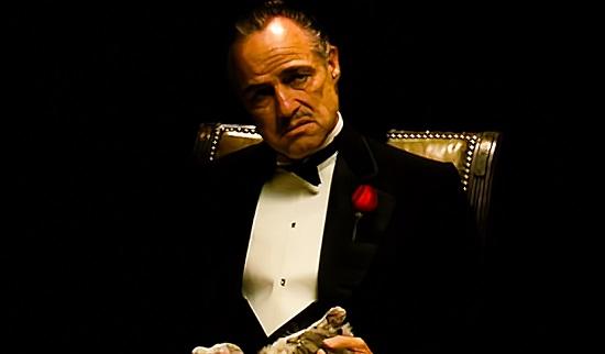 A família é o que há de mais importante para  Don Vito, mas nem por isso tudo é paz entre os Corleone - muito pelo contrário. Na família do Poderoso Chefão, conflitos, violência e problemas graves são tópicos comuns.