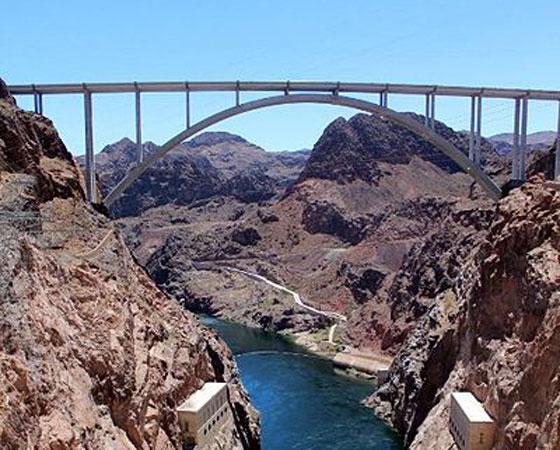 13. Mike OCallaghan - Pat Tillman Memorial Bridge. Empatada no 12º lugar com a ponte ´Millau Viaduct´, esta ponte também tem 270 metros de altura. Fica localizada entre os estados do Arizona e Nevada, nos Estados Unidos.