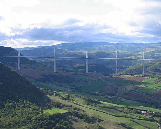 12. Millau Viaduct. Tem 270 metros de altura e fica em Millau-Creissels, na França. Construída em 2004, é considerada a ponte mais alta do mundo com base no tamanho da estrutura das pontes. A estrutura dela tem 343 metros de altura.