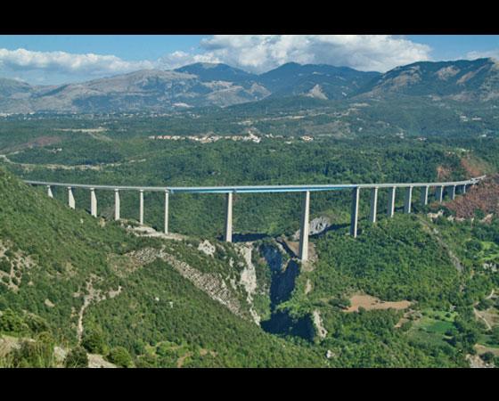 16. Italia Viaduct. Como o próprio nome diz, esta ponte fica na Calábria, na Itália. A inauguração da ponte, que mede 259 metros de altura, ocorreu em 1974.