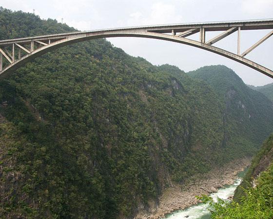 17. Jiangjiehe Bridge. Mais uma ponte localizada em Guizhou, na China. Esta aqui mede 256 metros de altura e foi inaugurada em 1993.
