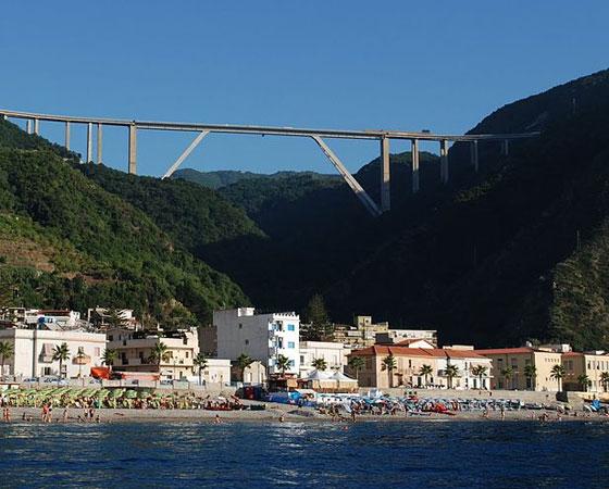 18. Sfalassa Viaduct. Com 254 metros, a ponte foi inaugurada em 1974. Fica localizada na Calábria, na Itália.
