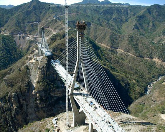 2. Puente Baluarte. A foto mostra a ponte ainda em etapa de construção, mas ela foi inaugurada em janeiro de 2012 em Durango, no México. Tem 403 metros de altura e é a ponte mais alta da América.