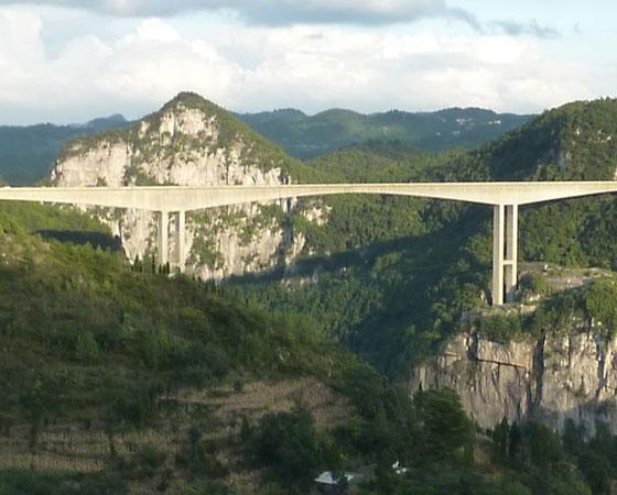8. Liuguanghe Bridge. Esta ponte fica em Guizhou, na China e mede 297 metros de altura. Ela foi inaugurada em 2001 e até 2003 foi considerada a mais alta do mundo.