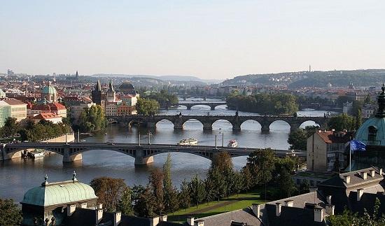 Praga, capital da República Tcheca, concentra diversos monumentos históricos, de várias épocas diferentes. Até mesmo as pontes sob o rio Vltava, que corta a cidade, são atrações turísticas.