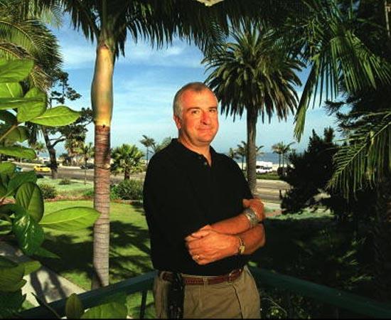 PRÊMIOS - Douglas Adams recebeu o troféu Golden Pan em 1984, quando O Guia do Mochileiro das Galáxia alcançou a marca de 1 milhão de livros vendidos.