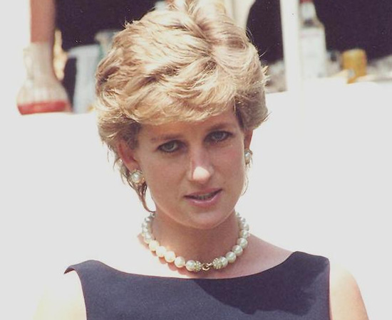 Diana Frances Spencer, a Princesa Diana, morreu no dia 31 de agosto de 1997, após sofrer um acidente de carro em Paris. Ela tinha acabado de se divorciar do Príncipe Charles e estava passeando com o namorado Dodi Al-Fayed. Teorias conspiratórias afirmam que, na verdade, a morte de Diana não foi um acidente, mas um assassinato encomendado pelo Principe Philip (marido da Rainha Elizabeth).