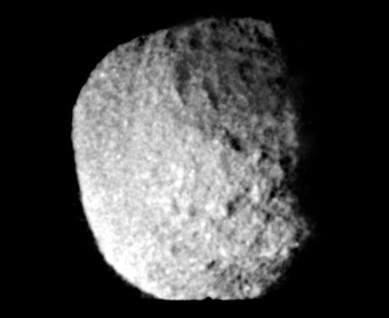Proteu é a segunda maior lua de Netuno. É a maior lua não-esférica e um dos objetos mais escuros do Sistema Solar! Só foi descoberta em 1989 pela sonda Voyager 2.