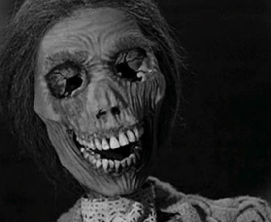 Psicose (Alfred Hitchcock, 1960) - A jovem secretária Marion rouba 40 mil dólares, foge e vai parar em um hotel bizarro. Aí ela decide tomar um banho e começa assim uma das sequências de suspense mais famosas de todos os tempos. Mas o verdadeiro mistério da trama é guardado para o desfecho, quando finalmente entendemos melhor o assassino misterioso.
