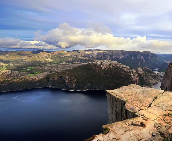 Em Forsand, na Noruega, você pode contemplar uma paisagem deslumbrante enquanto se senta no topo do 'Púlpito de Rocha'. A falésia de 604 metros de altura tem um topo de 25 m² que é quase plano.