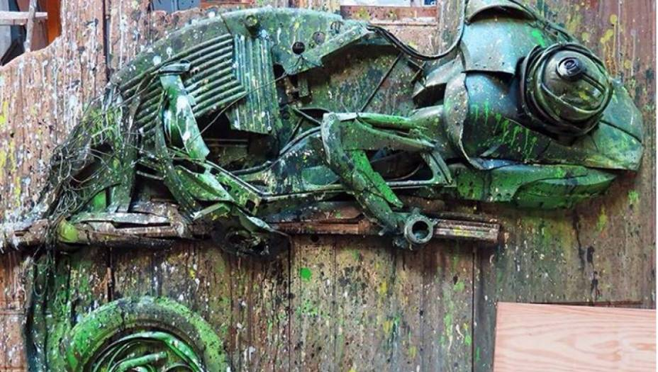 Um olhar mais próximo dos animais permiteidentificar o lixo que ajudou a produzi-los. A cabeça desse camaleão é uma mistura de telhas eparachoques batidos.