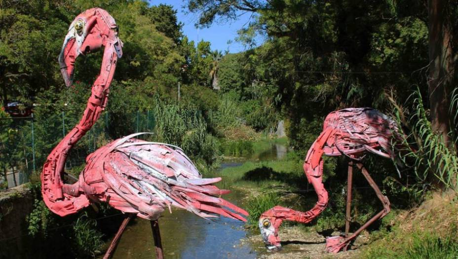 As esculturas de Artur Bordalo estão espalhadas pelas ruas de Portugal. Os flamingos de lixo, por exemplo, estão montados noJardim Municipal da cidade de Oeiras.