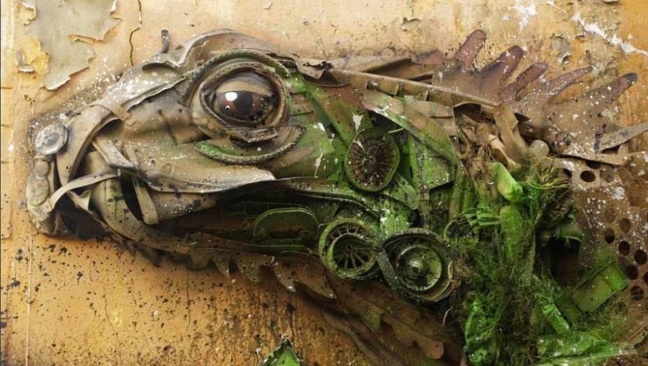 """Outros dos materiais """"favoritos"""" de Bordalo incluem latas de lixo queimadas,pneus de carro e rodas de bicileta deixadas para trás em caçambas."""