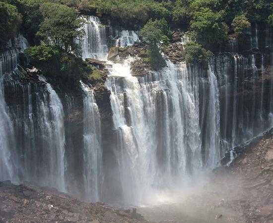 Se você gosta de aventura, visite as Quedas de Kalandula! Elas estão localizadas a 420 km de Luanda, capital de Angola, e têm 410 m de comprimento e 105 m de altura. Durante a época das chuvas, de outubro a abril, um grande arco-íris se forma na base das cachoeiras.