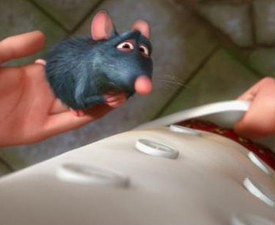 Em Ratatouille (2007), o personagem Linguini está usando uma cueca estampada com a marca de Os Incríveis (2004).