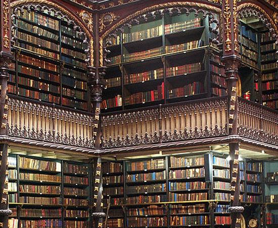 REAL GABINETE PORTUGUÊS DE LEITURA - A biblioteca surgiu em 1837 no Rio de Janeiro. Mas o edifício em que ela funciona até hoje só começou a ser construído em 1880 por Dom Pedro II e a Princesa Isabel. A inauguração veio 7 anos depois. Possui mais de 300 mil volumes!
