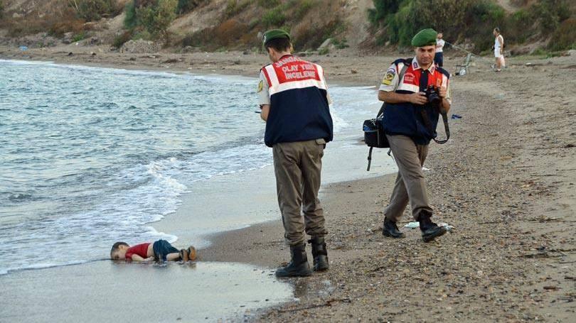 """Essa é uma das fotos mais tristes do ano. No dia 2 de setembro,um menino sírio apareceu morto numa praia da Turquia. Essa imagem virousímbolo da <a href=""""http://super.abril.com.br/ideias/5-historias-incriveis-de-apoio-a-refugiados-e-como-voce-tambem-pode-ajudar"""" target=""""_blank"""">crise migratória</a> que já matou milhares de pessoas do Oriente Médio e da África que tentam chegar à Europa para escapar de guerras, de perseguições e da pobreza. A foto foi um dos assuntos mais comentados no Twitter e diversos veículos da imprensa internacional o destacaram como emblemática da gravidade da situação."""