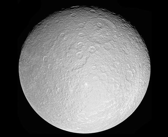 Réia é a segunda maior lua de Saturno. Em 2010, cientistas descobriram oxigênio na superfície do satélite. No entanto, Réia está fora da área de habitabilidade do Sistema Solar. Dados coletados pela sonda Cassini mostram que pode haver anéis em volta do objeto. Se a informação se confirmar, será o primeiro caso de anéis circundando uma lua.