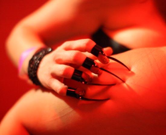 Popularmente, o sadista é chamado de dominador e o masoquista, de submisso. O primeiro deve comandar o relacionamento e o segundo deve obedecer às ordens sem fazer questionamentos.
