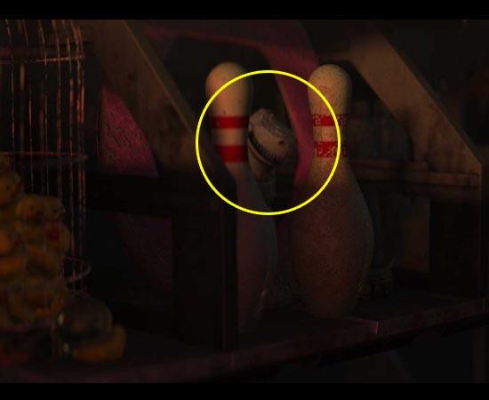 O Rex de Toy Story pode ser visto na casa de Wall-E (2008), atrás de alguns pinos de boliche na estante.