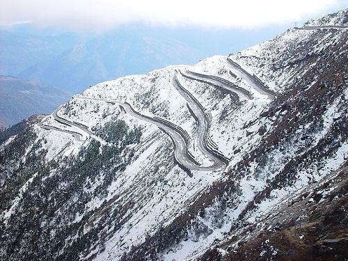 É lógico que estradas que cruzam a maior cordilheira de montanhas do mundo não seriam exatamente seguras. A da foto é no Arunachal Pradesh, estado do nordeste da Índia, uma das lindas, mas perigosas, rodovias do Himalaia.