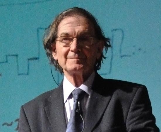 ROGER PENROSE (1931) - Físico e matemático inglês, e professor emérito da Universidade de Oxford. Ficou famoso por seus estudos relacionados à Física Quântica.