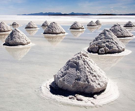 Uma das maravilhas naturais mais fantásticas do mundo está bem perto do Brasil. Trata-se do Salar de Unyuni, a maior planície salgada do planeta, que se localiza no sudoeste da Bolívia. O sal apareceu há cerca de 40 mil anos, quando um lago pré-histórico secou.