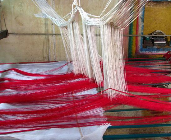 SERICICULTURA - De acordo com vestígios arqueológicos, as técnicas de criação de larvas para a obtenção de seda já existiam por volta do ano 5.000 a. C. O produto era a mercadoria mais cara da China.