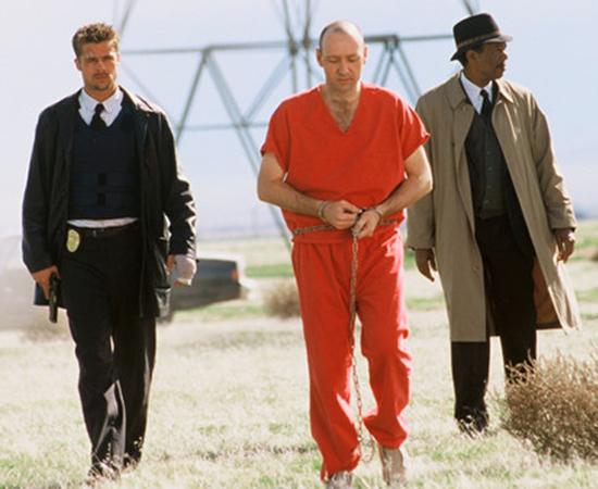 Se7en (David Fincher, 1995) - Um serial killer que orquestra seus crimes baseado nos sete pecados capitais desafia a inteligência dos dois detetives que investigam o caso. Quando um deles começa a trazer para dentro de casa suas frustrações com o trabalho, começa a se desenhar um final trágico e perturbador (apesar de ser bem menos explícito do que outras cenas do filme). Clique em Leia Mais para desvendar o mistério.