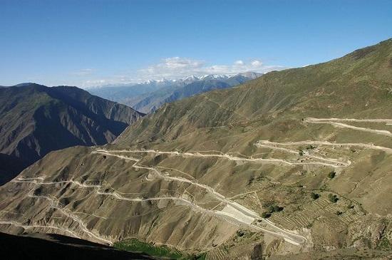 Avalanches e pedras rolando são alguns dos problemas enfrentados pelos motoristas que encaram essa estrada chinesa. A rodovia liga a cidade de Chengdu, no sudoeste do país, ao Tibet.