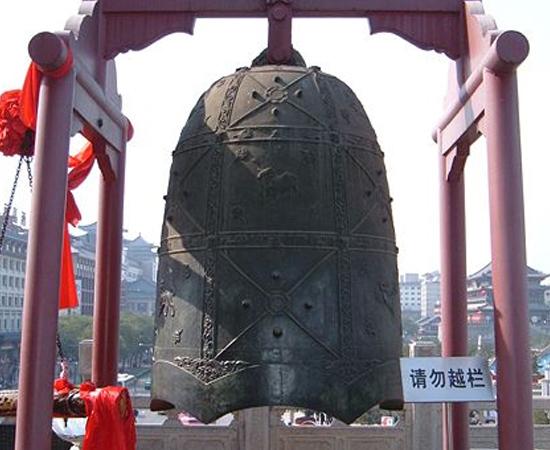 SINOS - Foram inventados em meados de 3.000 a.C. e eram chamados de lings. Um dos exemplares mais antigos foi encontrado em Henan, na China Central. No século 5 a.C. os sinos eram usados como instrumentos musicais em rituais.